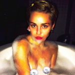 Miley Cyrus e i suoi sexy scandali, tra baci saffici e post hot
