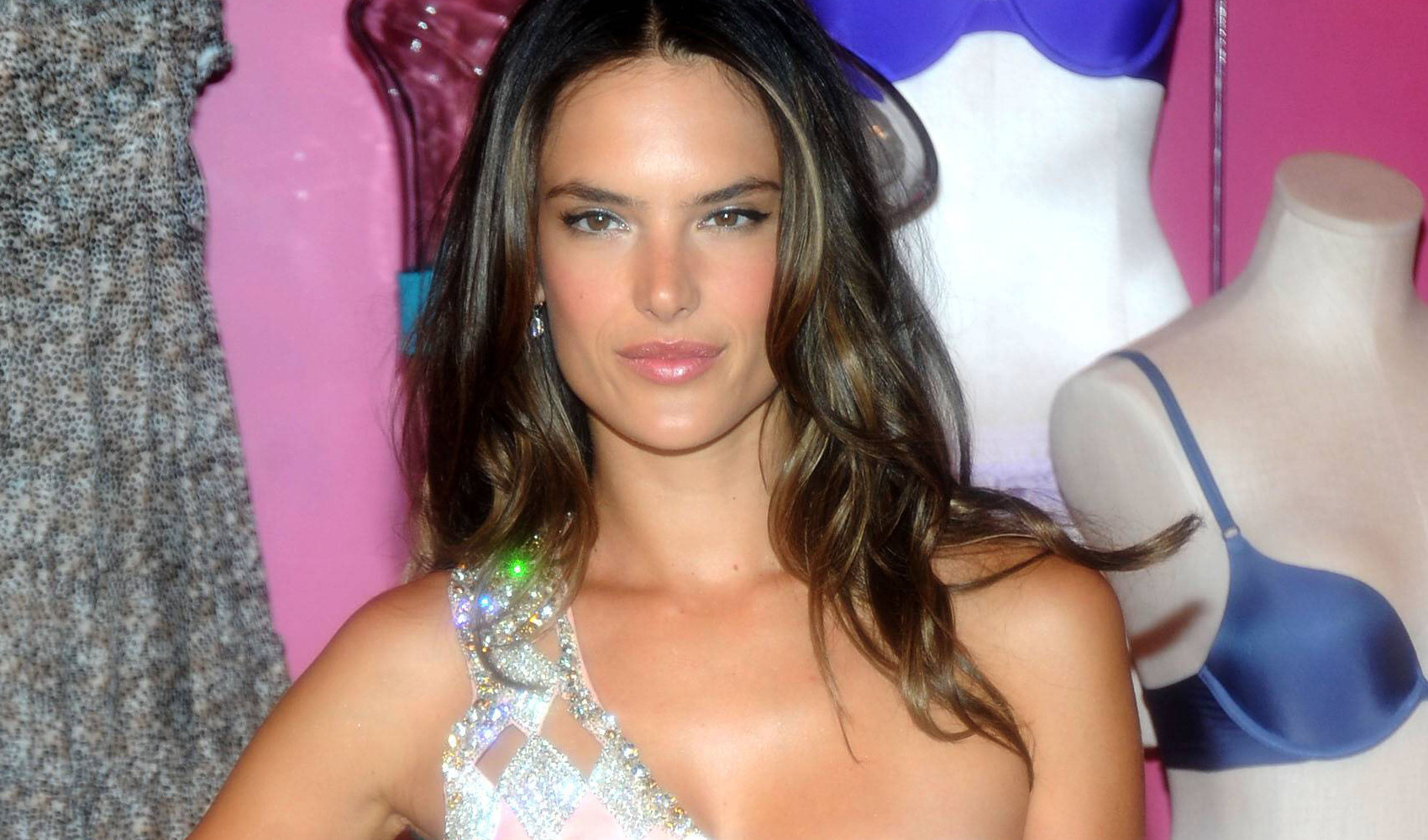 Alessandra Ambrosio regala un nude look a New York