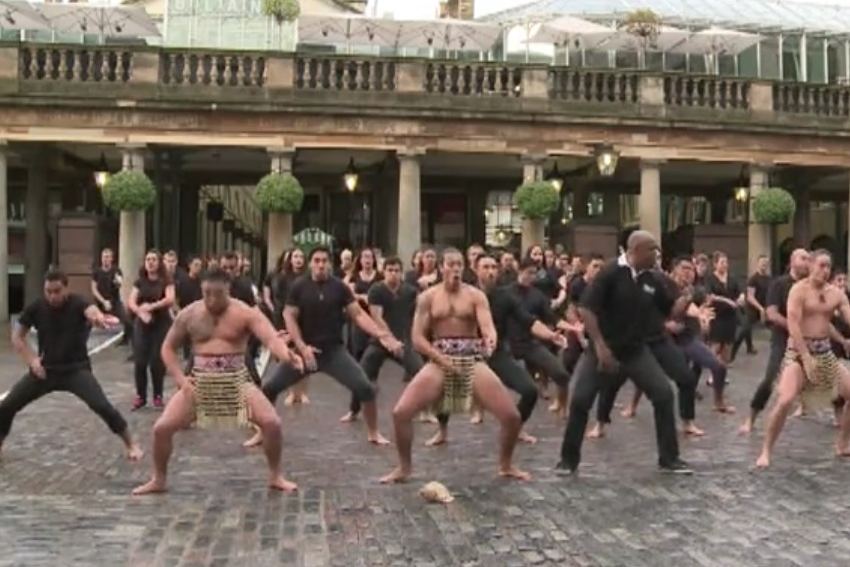 La tradizionale Haka maori fa tremare le strade di Londra - VIDEO