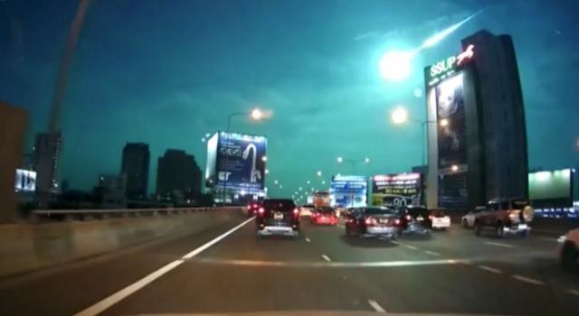 Bangkok, un meteorite illumina il cielo – VIDEO