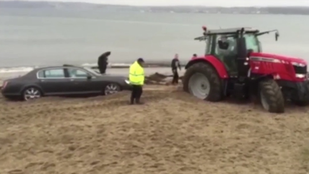 Si arena in spiaggia con la Bentley da 200 mila euro - VIDEO