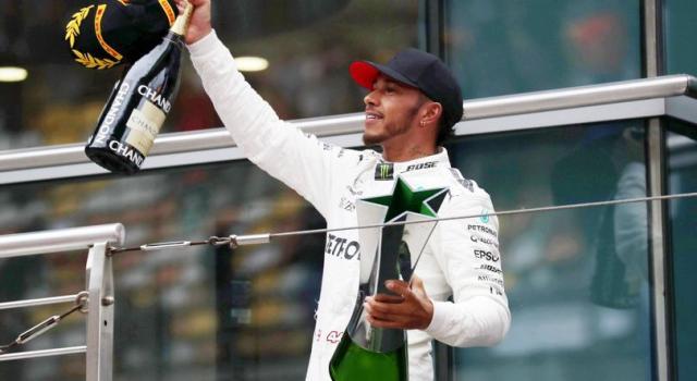 Formula 1, Lewis Hamilton firma la pole in Giappone. Sebastian Vettel in prima fila