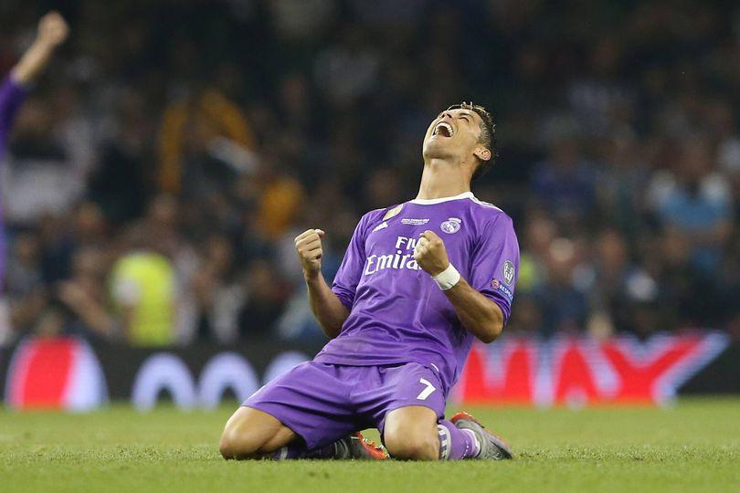 Ronaldo, sangue in faccia dopo un calcio: chiede un cellulare per specchiarsi