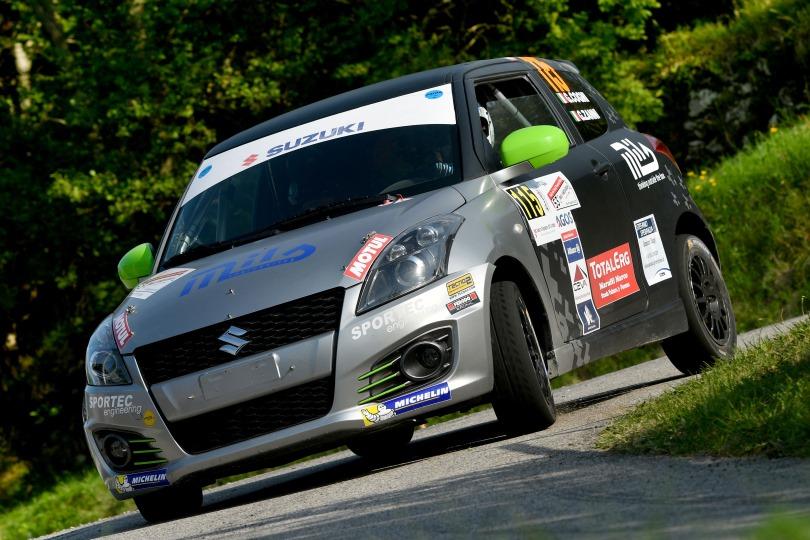 Una Suzuki Swift impegnata in un rally su asfalto