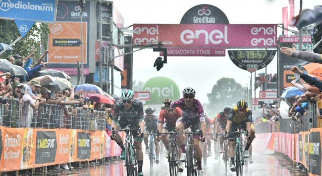 Giro d'Italia 2018, Elia Viviani vince la volata di Iseo. Simon Yates in Rosa