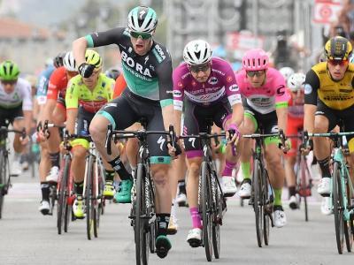 Giro d'Italia 2018, Bennett beffa Viviani sul traguardo di Praia a Mare. Yates sempre in Rosa
