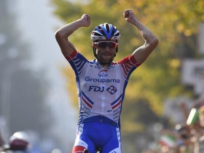 Ciclismo, Thibaut Pinot vince il Lombardia. Nibali e Theuns sul podio