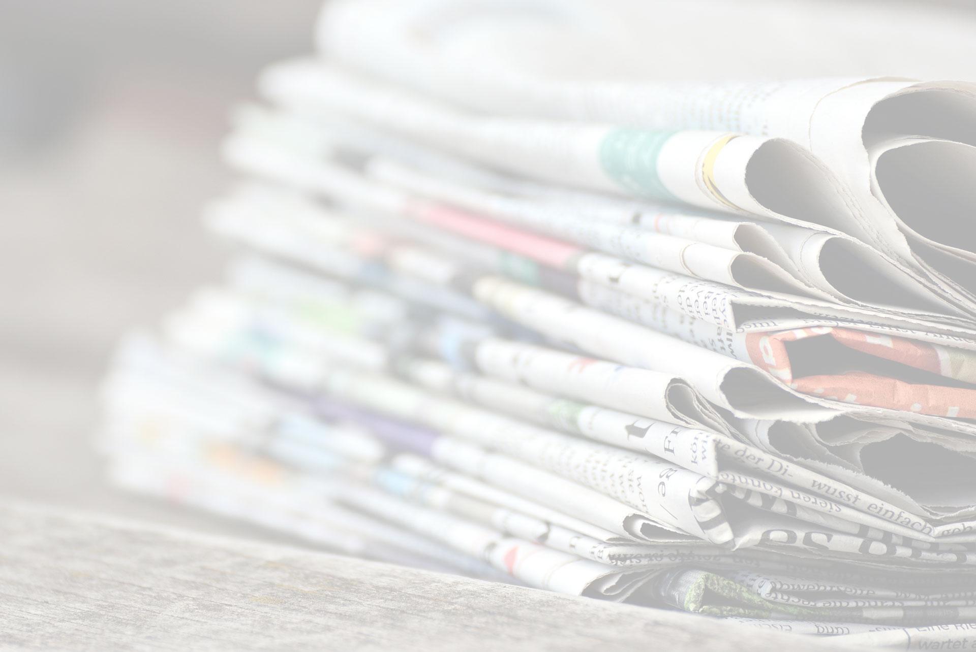 Immondizia sotto l'albero di Natale di Roma