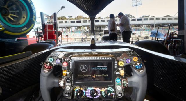 La Mercedes svela i segreti del volante di Hamilton