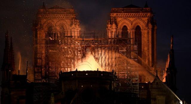 Parigi, la cattedrale di Notre-Dame devastata da un incendio: le foto e i video