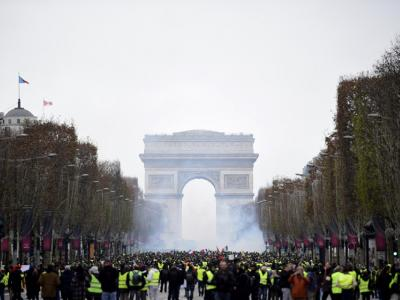 I gilet gialli ritornano in piazza: scontri e lacrimogeni (VIDEO)