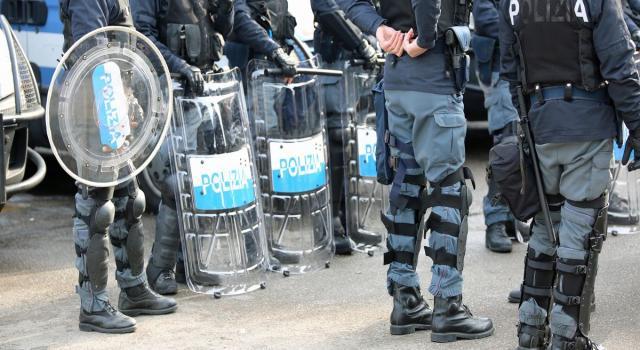 """Corteo non autorizzato a Torino, i manifestanti alla polizia: """"Avete diffuso voi il virus"""""""