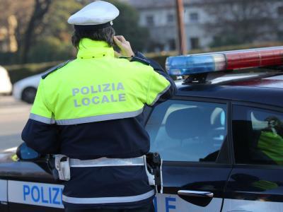 Brutte notizie per gli automobilisti indisciplinati: la notifica della multa costa (circa) 3 euro in più
