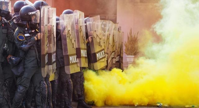 Tensione in Cile, manifestante schiacciato da due mezzi della polizia