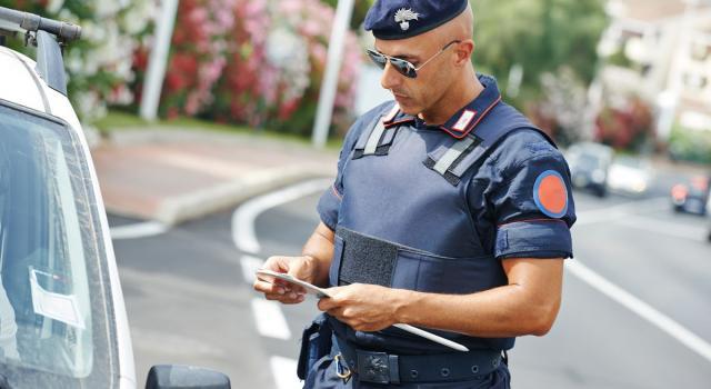 Accoltellato un uomo alla gola in centro a Genova, fermato da un poliziotto