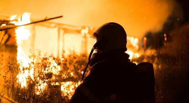 Vasto incendio in provincia di Palermo, famiglie evacuate