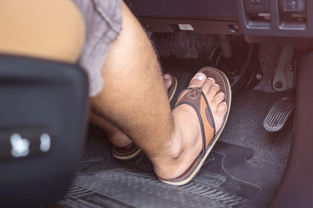 Guidare scalzi