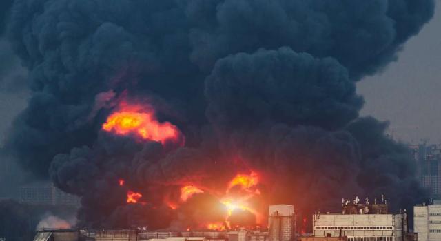 Esplosione a Filadelfia, colonna di fumo a chilometri di distanza