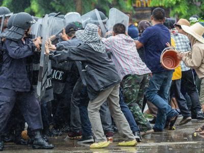 Attentato a Bogotà, autobomba si schianta contro la scuola di polizia