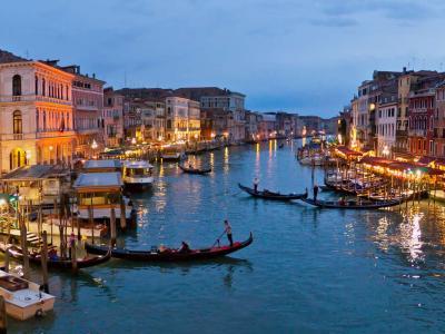 Venezia, turista si abbassa la mascherina. Rissa sfiorata sul vaporetto (VIDEO)