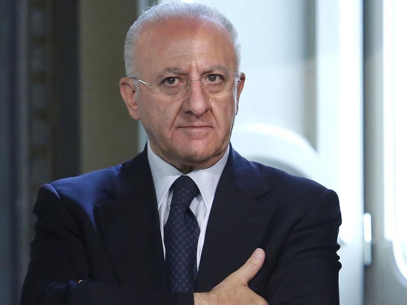 """De Luca: """"Il governo perde tempo"""". Poi l'attacco alla ministra Azzolina: """"Ripete a pappagallo frasi fatte"""""""