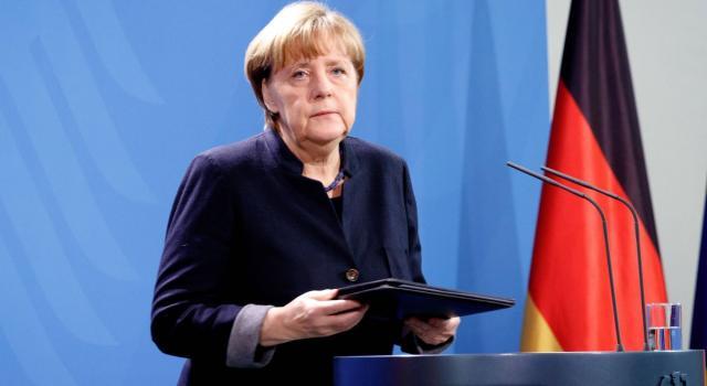 Allarme a Berlino, auto si schianta contro l'ingresso dell'ufficio della Merkel