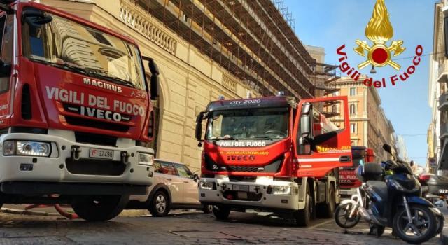 Incendio al Ministero del Lavoro, palazzi evacuati – VIDEO