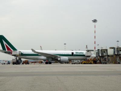 Tutti negativi i passeggeri a bordo del primo volo Alitalia Covid-tested