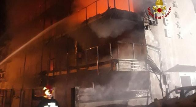 Hotel in fiamme a Montalto di Castro