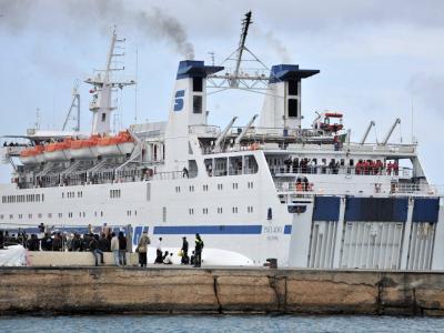 Crotone, esplode barca con migranti a bordo, ci sono morti