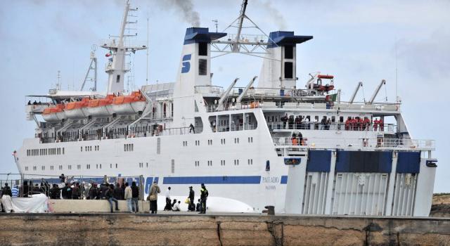 """Migranti, la nave di Banksy: """"Abbiamo 219 profughi e un morto"""". Guardia Costiera in soccorso"""