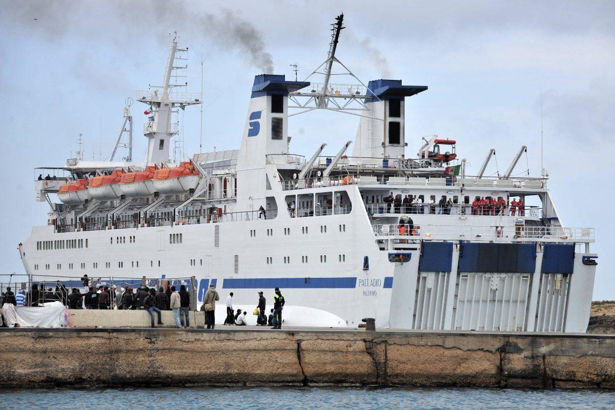 Migranti, nave quarantena in arrivo a Lampedusa. 50 profughi 'in fuga' dalla tensostruttura di Porto Empedeocle