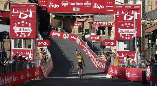 Il ciclismo riparte nel segno di Wout van Aert: il belga trionfa alle Strade Bianche