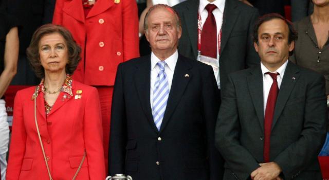 Juan Carlos lascia la Spagna per l'inchiesta su una presunta frode fiscale. Il figlio Felipe VI lo ringrazia