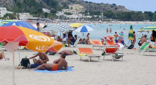 Estate in ripresa per spiagge e ristoranti. Soffrono le città d'arte
