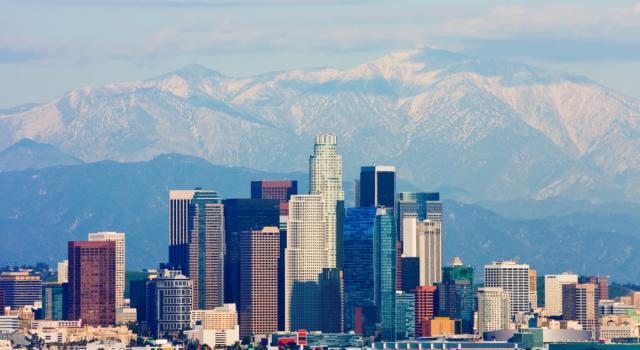 Los Angeles, uomo con lo zaino jet sfiora due aerei di linea a 3.000 piedi. Indaga l'FBI