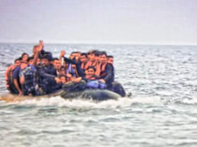 Open Arms al largo di Palermo, 76 migranti si gettano in mare per raggiungere la costa (VIDEO)
