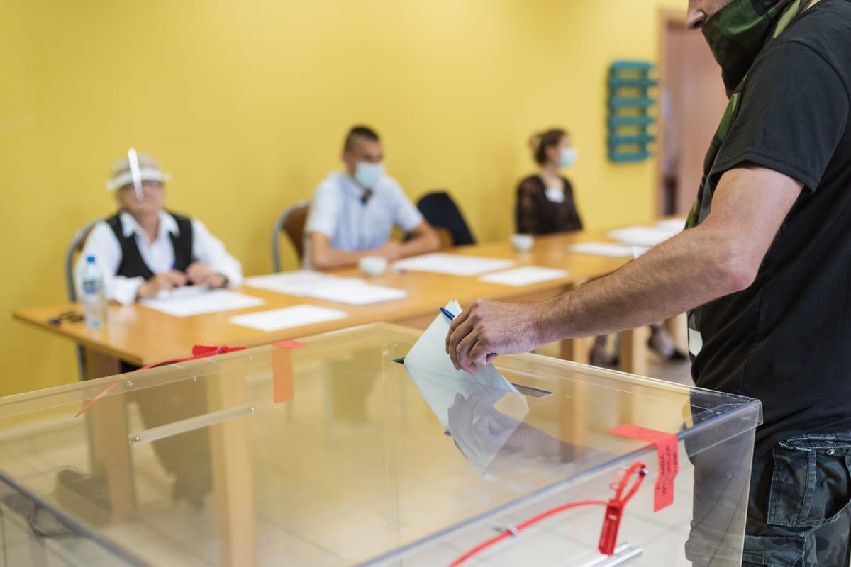 """Seggi aperti, alle 12 ha votato il 12,33 per cento. In Toscana il 14. Conte, """"L'auspicio che ci sia la partecipazione dei cittadini"""""""