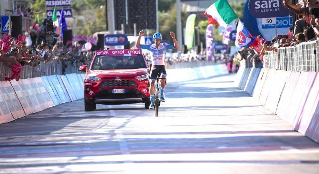Giro d'Italia, fuga vincente di Dowsett a Vieste. Almeida in Maglia Rosa