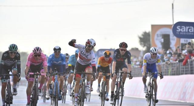 Giro d'Italia, sprint vincente di Ulissi a Monselice. Almeida in Maglia Rosa