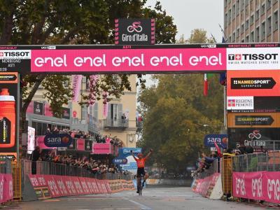 Giro d'Italia, Cerny vince ad Asti. Kelderman in Maglia Rosa. Alla Vuelta successo di Bennett