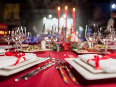 Stretta sugli spostamenti tra le Regioni, a tavola in 6 o 8 per il cenone: in arrivo le regole per Natale e Capodanno