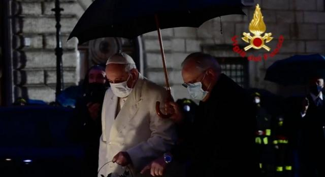 Papa Francesco rende omaggio alla statua dell'Immacolata