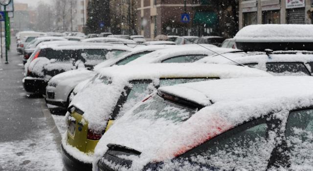 Maltempo in Italia, ondata di neve al Nord. Milano imbiancata. Nulvi, morto un vigile del fuoco. Mareggiata a Napoli
