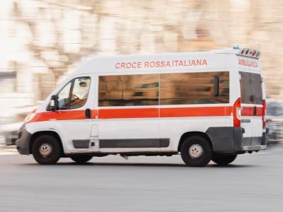 Tragedia sfiorata a Roma, padre accoltella e ferisce i due figli