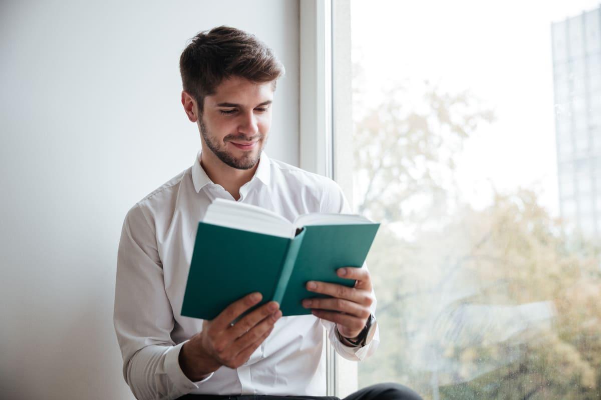 uomo libro lettura leggere finestra casa