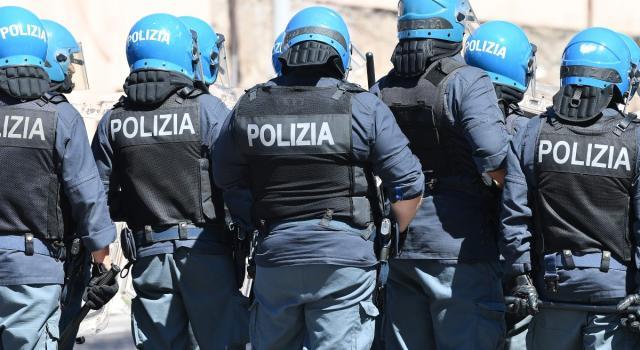"""Riaperture, proteste dei ristoratori a Montecitorio: agenti feriti. Lamorgese, """"Violenze inammissibili"""""""