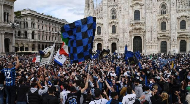 Inter campione d'Italia, migliaia di tifosi in strada. Saltano le norme anti-Covid, si teme maxi-focolaio
