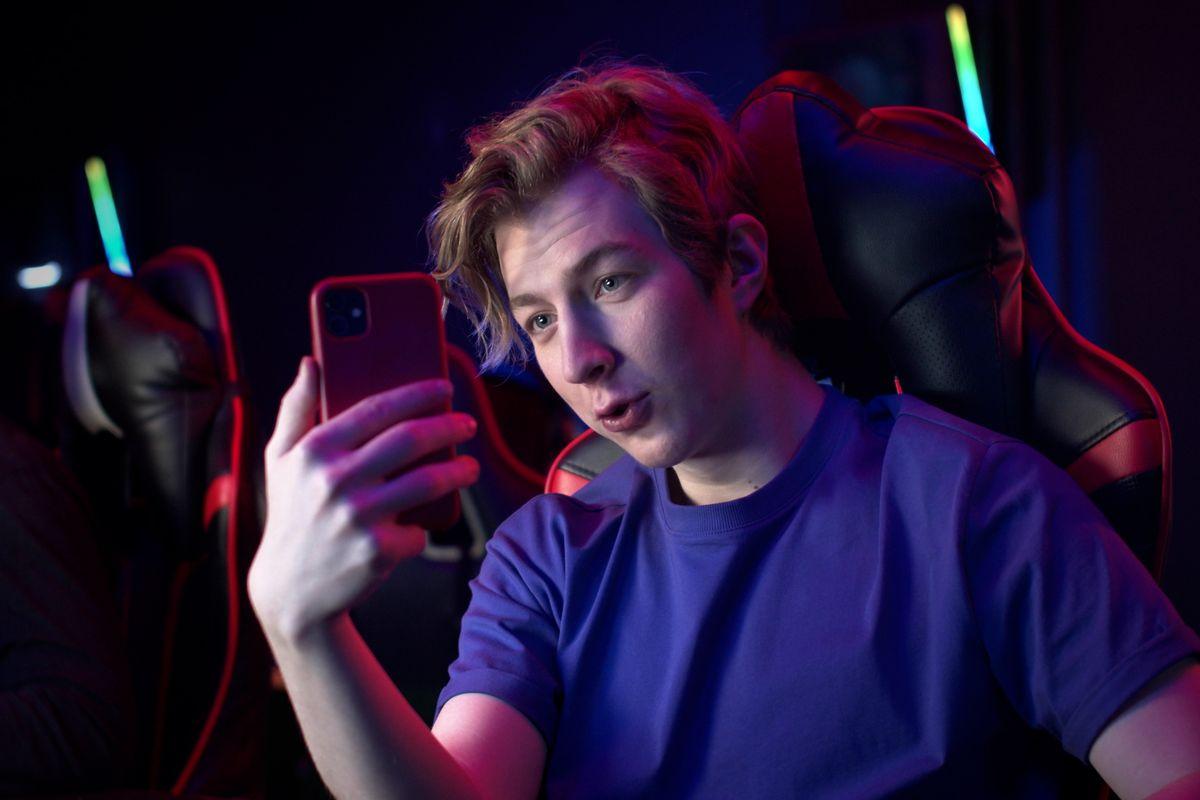 Ragazzo stremata su Twitch con smartphone